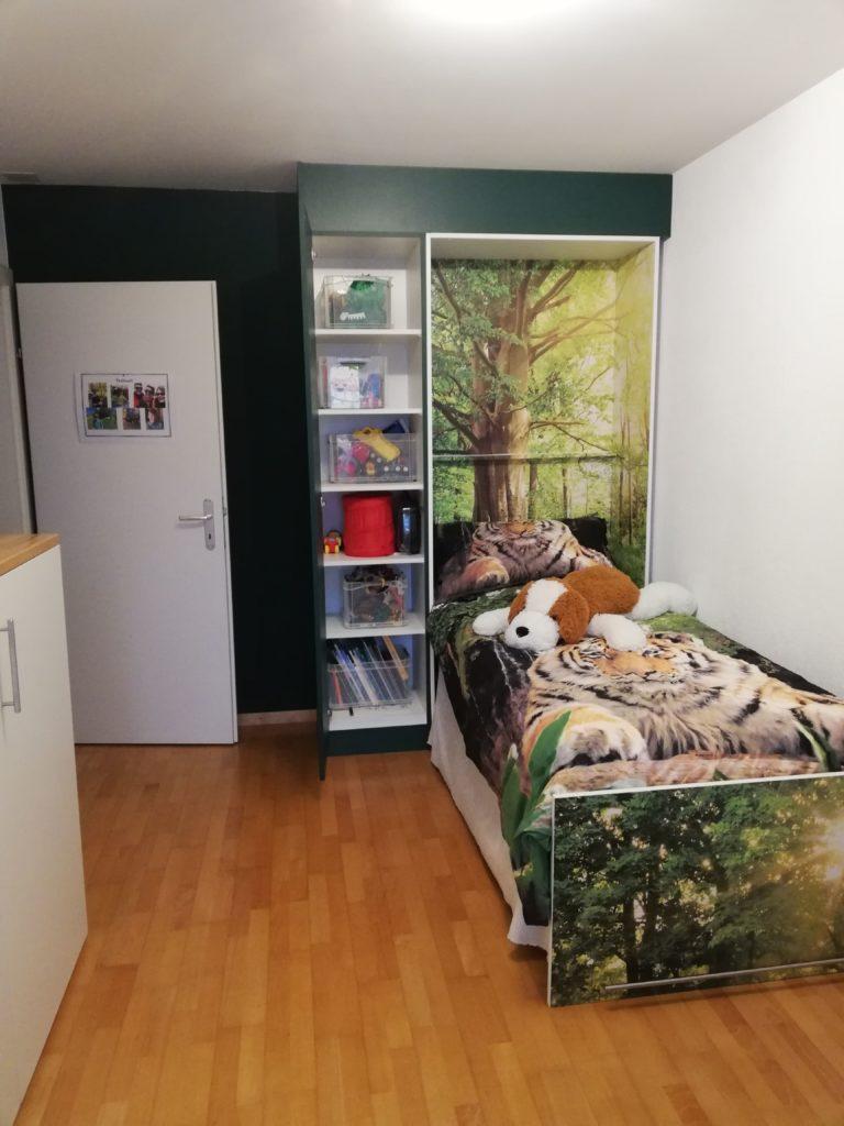 lit ouvert avec armoire de rangements
