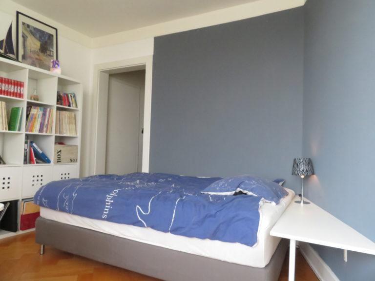 un lit de 140cm entouré de gris souris