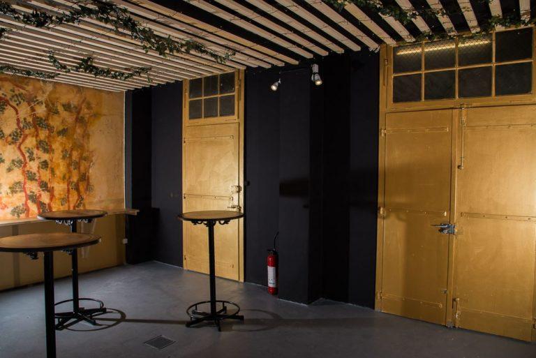un fond noir qui fait ressortir les portes dorées