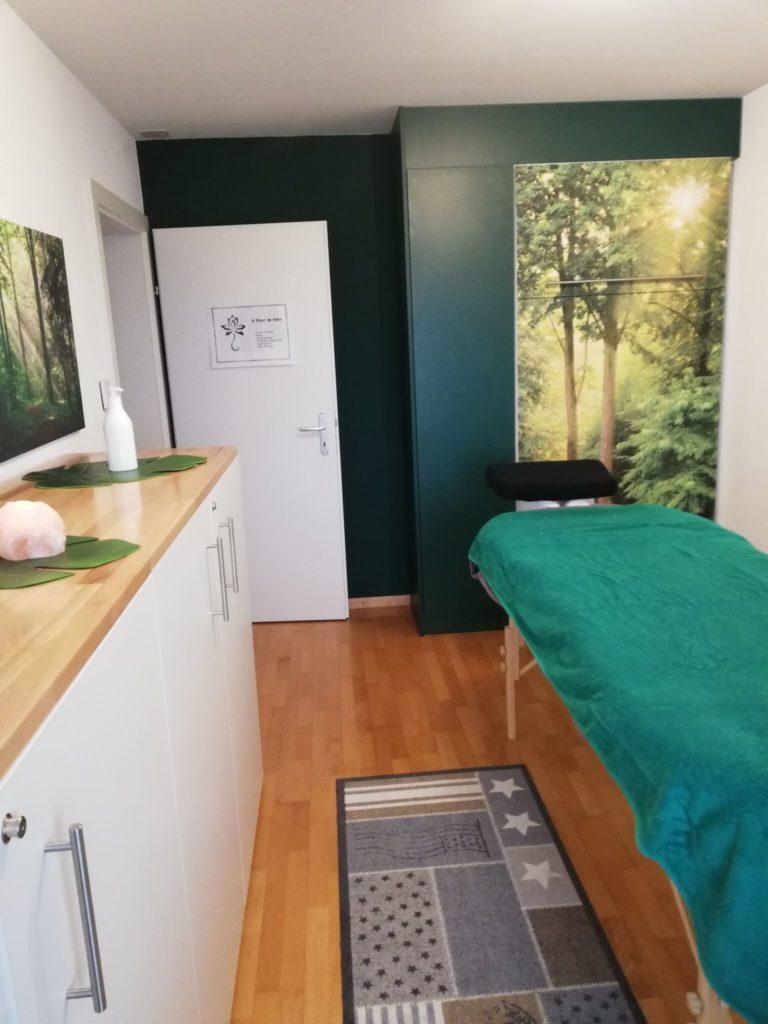 lit rangé et table de soin installée
